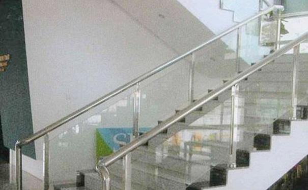 传统楼梯一般采用混泥土结构的设计,比较高档的是采用原木设计的旋转楼梯设计,在楼层之间起到交通联结的作用。随着家居材料不断的丰富起来,越来多的客户选择不锈钢材质的不锈钢楼梯扶手设计,这样的设计不仅实用,而且比较美观大方,同时极具观赏性、安全性,使用更加舒适,而且清洁比较方便快捷,深受广大客户欢迎。但是很多客户对于不锈钢楼梯扶手的高度不是很了解,因为这和我们客户的使用安全有很大的关系,所以深洲建筑五金给大家详细介绍常见不锈钢楼梯扶手的高度标准是多少。